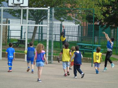 older campers playing basketball in Britain english speaking camp