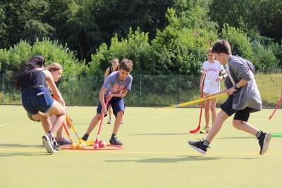 teenage boys and girls playing hockey best summer xuk camps london